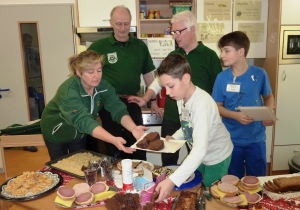 Viele fleißige Helfer unterstützten die Aktion im Familienzentrum
