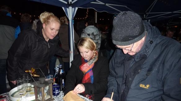 Auslosung am Rande des Eisstock-Turnieres durch unsere Jungschützenkönigin Maren und die Mundschenk-Ehrendame Sonja