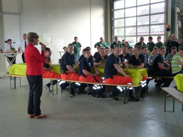 Bürgermeisterin Lisa Stremlau begürßt die zahlreichen Helferinnen und Helfer