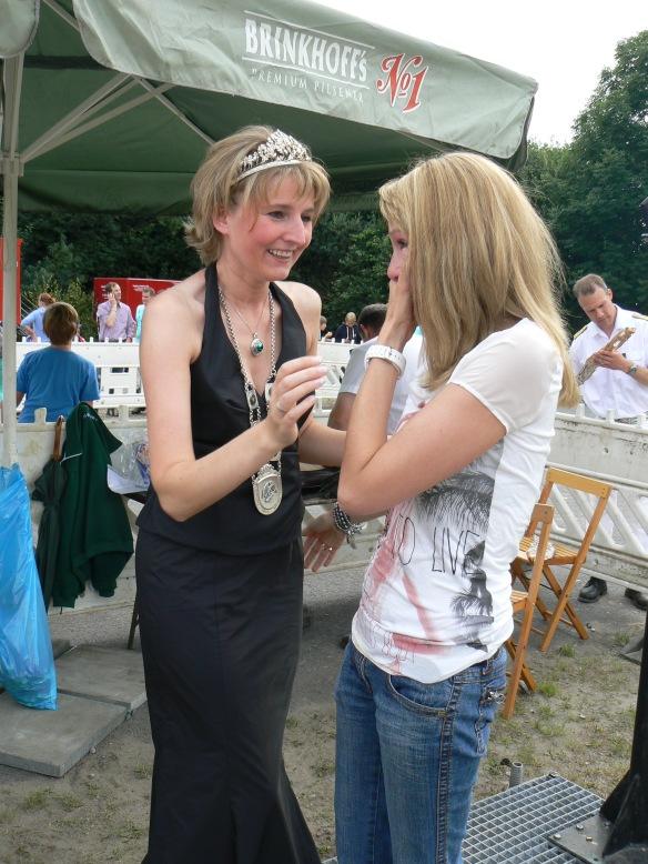 Die Königin 2012 Stefanie Becks freut sich mit der Königin 2013 Vanessa Jasper