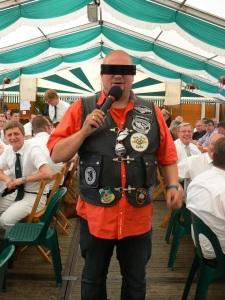 "Elvis Eifel rockt das Zelt: ""125 cm³ geballte Power"""