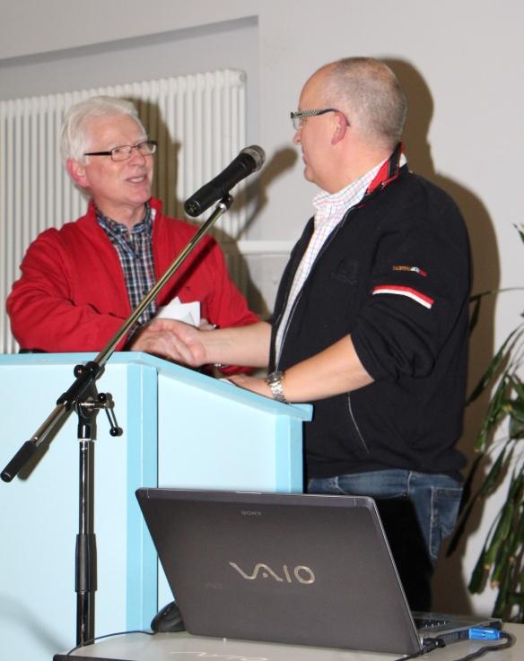 Helmut Wensing leitete die Wahl und gratuliert Volker Dieminger zur Wahl als Vorsitzender