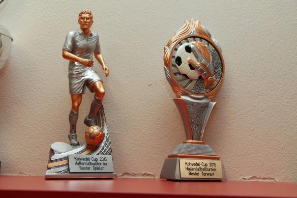 Die Pokale für den besten Torschützen und den besten Torwart des Turniers.