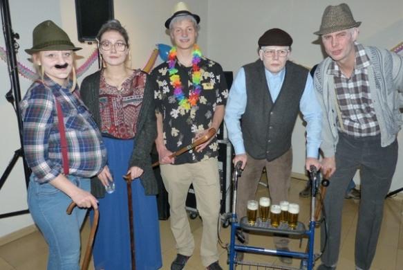 Phantasievolle Köstüme hatten sich fast alle einfallen lassen. Hier die Auszubildenden der Stadt als Rentner....