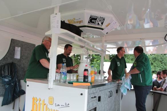 Unsere Altschützen unterstützen im Bierwagen