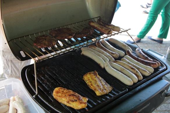 Würstchen, Steaks und Hähnchenfleisch für die Aktiven und die Gäste