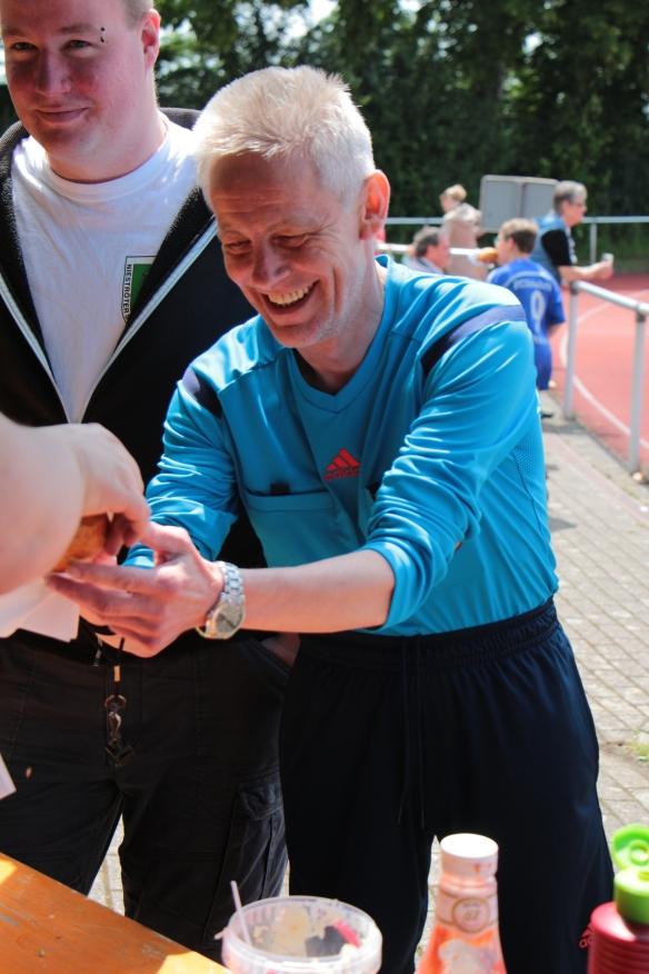 Schiedsrichter Bernhard Krunke bei einer kleinen Stärkung.
