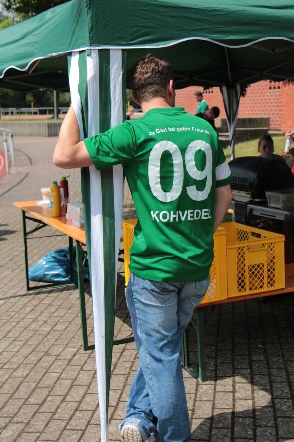 Gibt Sicherheit in windigen Zeiten: Aki Scholz als Pavillonfesthalter.