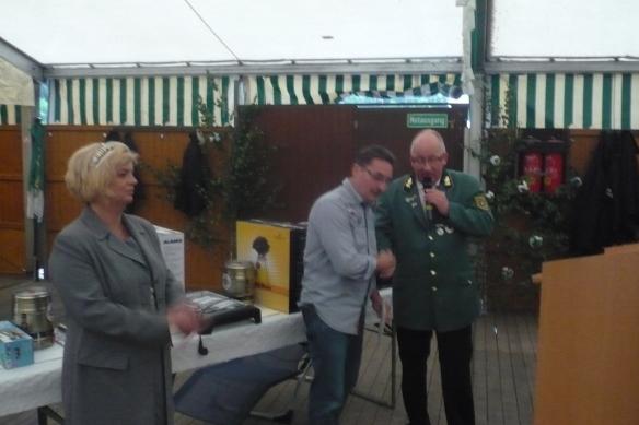Volker dankt Siggi und seinem Verlosungsteam