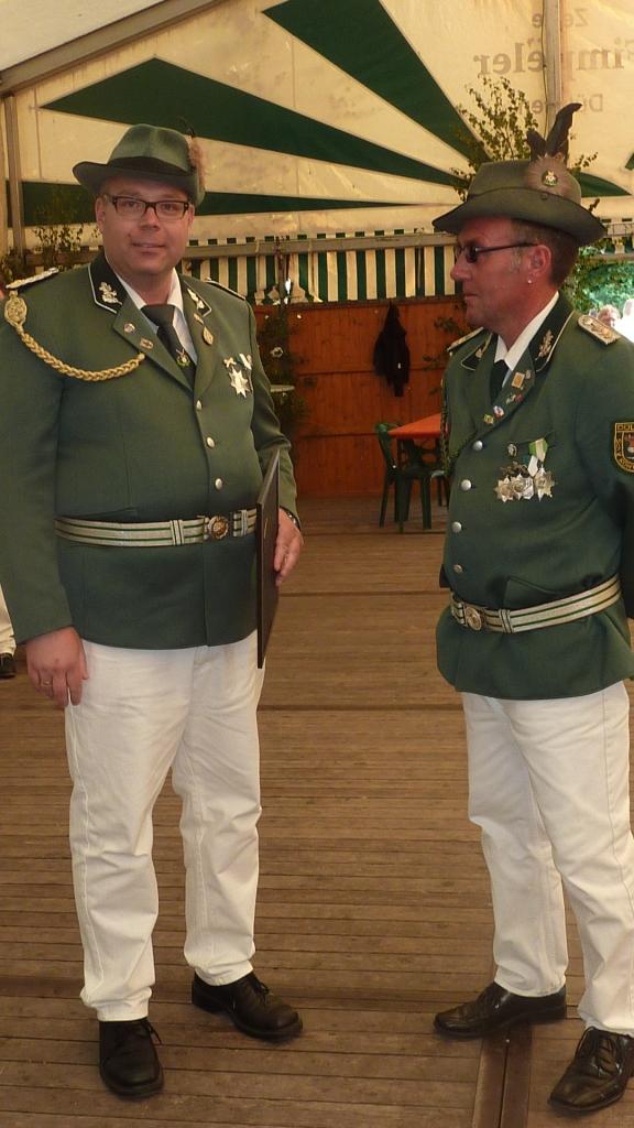 Björn ehrt Ralf für langjährige Zugehörigkeit zum Offizierskorps