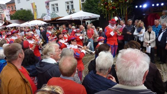 zahlreiche Musiker begleiteten den Festzug