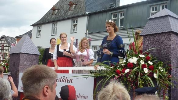 vier attraktive Weinköniginnen der Region auf einem gemeinsamen Mottowagen