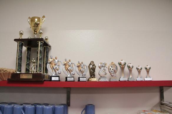 Die begehrten Pokale des Turniers. Gestiftet vom Join Us und der Sparkasse.