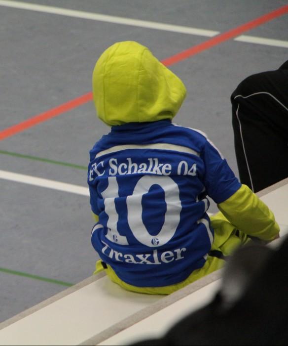 Ein schwar gelb gekleideter Schalker????
