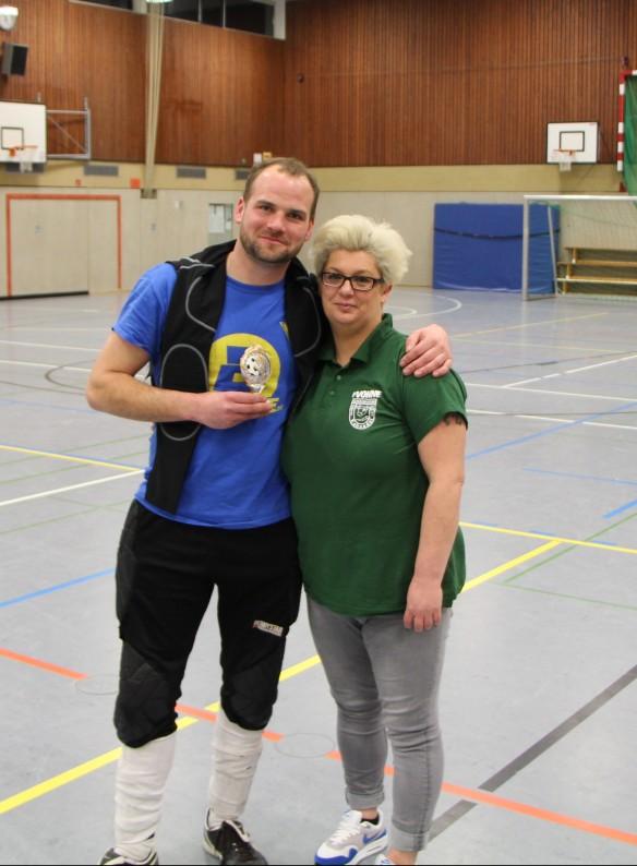 Bester Torwart des Turniers. Maurice Gröger mit Königin Yvonne Kadiri.