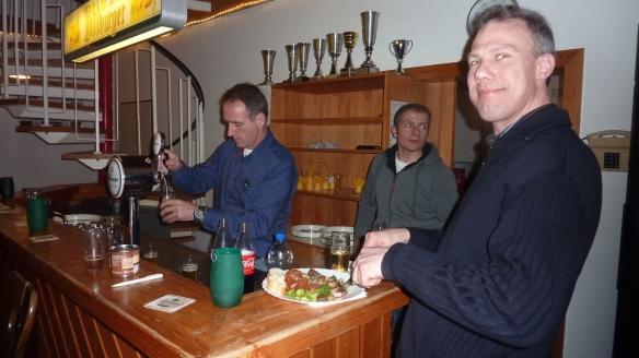 Christian Frieling (Mitte) hatte wieder einen netten Abend auf die Beine gestellt. Berthold Hüning (links) sorgte für kühle Getränke