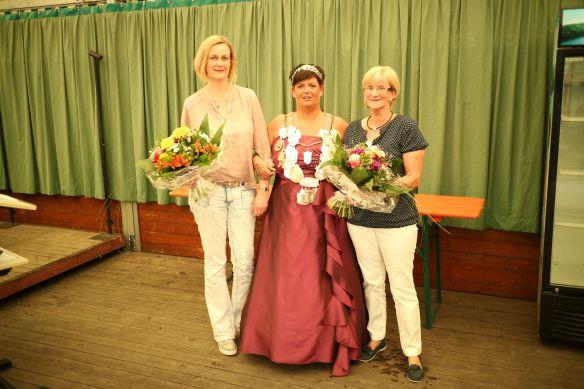 Nicolle Melles (links) wurde für 25 jährige Mitgliedschaft geehrt. Angelika Freidank (rechts) für ihr 25. Thronjubiläum.
