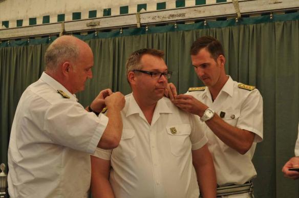 Björn erhält die Schulterklappen des Oberst