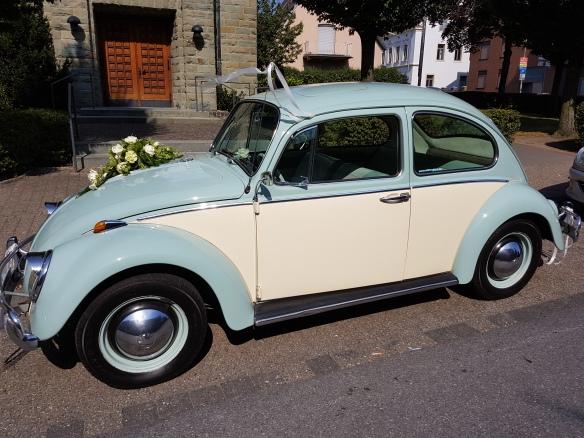 6 Volt, Baujahr 1964 und in einem topp Zustand. Der Hochzeitswagen zog die Blicke auf sich.