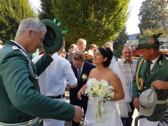 Gentleman Jogi zieht perfekt den Hut vor der Braut.