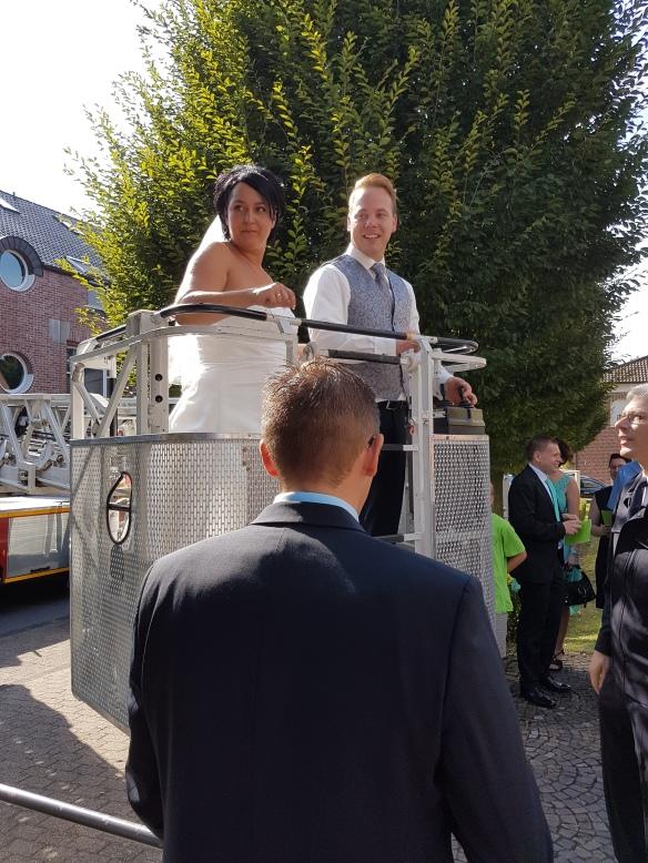 Hoch hinaus ging es für Tina und Domonik auf der Drehleiter der Feuerwehr.